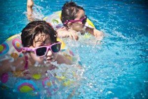 אחת ולתמיד, כמה מים חשוב שילדים ישתו בקיץ החם