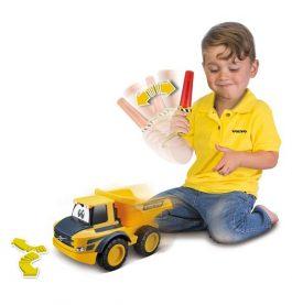 משאית חול וולוו + שלט תנועה לנהג הצעיר